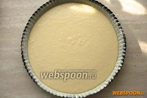 Вылить тесто в форму и выпекать при температуре 180 °C 40-50 минут (до золотистого цвета).