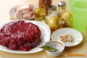 Для приготовления колбасы нужно взять куриную печень, гречневую крупу, 2 стакана воды, репчатый лук, свиное сало, растительное масло, перец чёрный молотый, перец чёрный горошком, лавровый лист, соль и кишки.