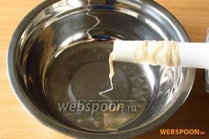 Из мясорубки вынуть нож, решётку и надеть специальную насадку для наполнения колбас. Кишки вынуть из воды, отжать и нарезать на куски длиной 25–30 см. Один конец каждой кишки завязать крепкой толстой ниткой. Свободный конец кишки надеть на насадку до упора в завязанный конец.