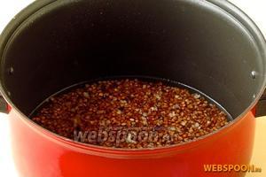 Крупу выложить в кастрюлю, залить её кипящей водой и дать осесть, а  затем воду слить, вновь залить крупу 2 стаканами подсоленной кипящей воды, размешать, закрыть кастрюлю крышкой и варить до загустения, после чего поставить кашу для упревания в духовку.