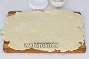 Раскатать тесто в пласт толщиной примерно 7 мм.