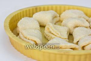 Выкладываем печенье на противень (я выкладывала в силиконовую форму) и выпекаем при 180 °C до румяного цвета.