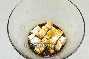 Тофу положить в соевый маринад и оставить на 3 минуты.