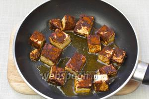 Хорошо разогреть сковороду, добавить немного растительного масла и обжарить тофу с двух сторон до золотистой корочки. Весь процесс занимает приблизительно 8 минут.