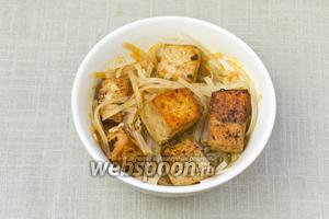 Сверху выложить жаренный тофу и залить овощным бульоном. Подавать немедленно.
