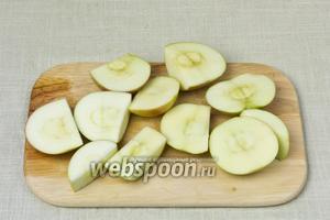 Яблоки помыть и нарезать крупными дольками.