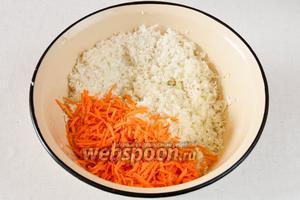 Морковь, капусту и картофель натереть на крупной тёрке или измельчить в блендере.