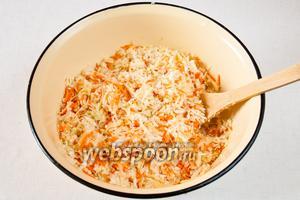 Добавить соль, перемешать и оставить на 5-7 минут для того, чтобы овощи пустили сок.