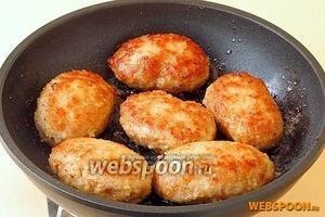 Обжарить котлеты на разогретом растительном масле в двух сторон до подрумянивания. К столу можно подать с картофелем в любом виде или с отварными макаронными изделиями, посыпав их тёртым сыром.