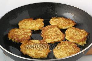 Сформовать котлеты. Обжарить их с обеих сторон на сковороде с подсолнечным маслом до золотистого цвета.