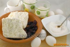 Подготовить необходимые продукты: творог, яйца, сахар, манную крупу, муку и вишню, для украшения свежие листики мяты и сахарную пудру.