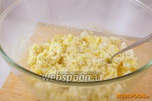Добавить яйца, сахар, соль, сметану, ванильный сахар и перемешать.