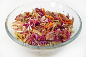Хорошо перемешать и дать салату промариноваться минут 20, периодически перемешивая. Подать к столу, посыпав кунжутом.