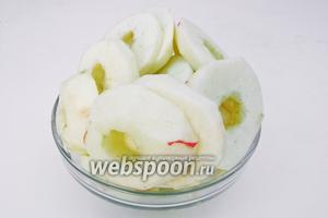 Яблоки почисить и вынуть специальным ножом сердцевину, нарезать кольцами по 1 см.