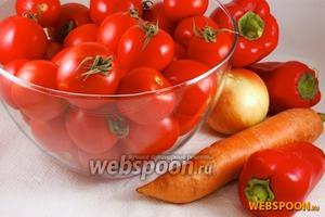 Подготовить овощи. У помидоров удалить плодоножки, а сами плоды промыть. Перец вымыть, срезать верхушку, разрезать сам плод пополам вдоль, удалить семена и мякоть разрезать ещё раз пополам. Лук почистить и нарезать не очень тонко. Морковь почистить и нарезать произвольно.