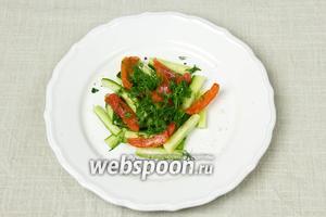 Салат подавать порционно. Для этого выложить огурцы, сверху томаты и посыпать укропом. Поперчить.