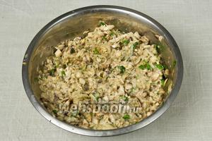 Смешать в глубокой миске запаренные овсяные хлопья, грибы, лук, картофель, чеснок и рубленную зелень. Поперчить, посолить и тщательно перемешать.