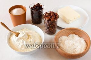Для приготовления шариков понадобится: любимые орехи (по рецепту фундук), изюм, масло сливочное, кокосовая стружка, сухое молоко, сахар и вода.