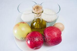 Чтобы приготовить дольки яблок в карамели, нам нужно взять яблоки, масло растительное, яйцо и холодную воду, масло кунжутное, кунжут, сахар, мёд, сок лимона. Приготовьте лёд в кубиках и пиалу с водой.