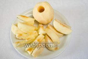 Яблоки помыть, посушить. Почистить, удалить сердцевину, нарезать дольками.
