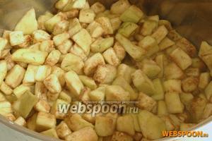 Затем баклажаны промыть и дать стечь воде. Добавить яйца, посолить, приправить чёрным молотым перцем. Перемешать.