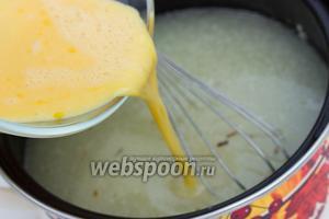 Далее влить в суп, постоянно мешая, взбитые яйца с лимонным соком.