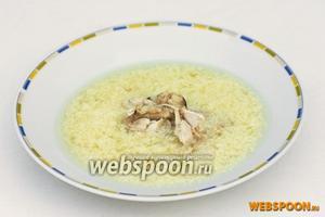 При подаче в тарелки выкладываем сначала горку мяса, вокруг разливаем суп, посыпаем обильно измельчённой зеленью и украшаем долькой лимона.