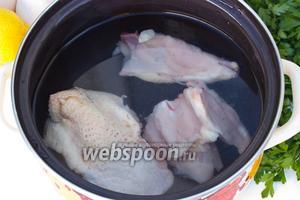 Курицу нарезать кусками, сложить в кастрюлю, залить водой, поставить на огонь, когда закипит — убавить газ и варить до готовности, посолив в процессе по своему вкусу.