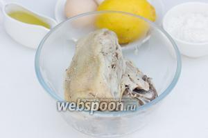 Готовое куриное мясо достать из бульона и оставить остывать.