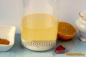 В чашу блендера налить молоко комнатной температуры и подсолнечное масло.