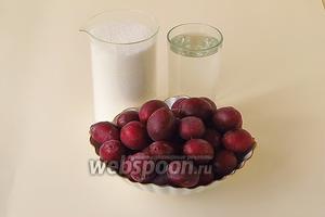 Для приготовления варенья нужно взять спелые сливы с легко отделяющейся косточкой (лучший сорт — «Венгерка»), сахар и воду. В рецептуре указан вес слив уже без косточек (1 кг).