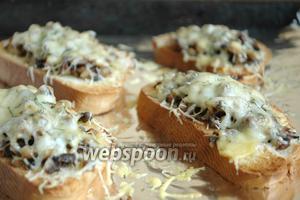 Поставить в разогретую до 180 °C духовку на 5-7 минут. Вынимать как только расплавится сыр.