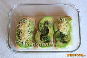 На ломти белого хлеба уложите слой из авокадо, добавьте укроп и молотый душистый перец, укройте слоем тёртого сыра. Я сделала один слой авокадо и мне хватило половины, по желанию можно и двойной слой авокадо.