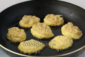 На раскаленную сковороду с растительным маслом столовой ложкой выкладывать картофельную смесь. Сверху чайной ложкой выкладывать мясную смесь. Разровнять.