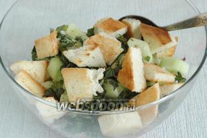 Затем добавить в салатник измельчённые огурцы и базилик, ломтики хлеба, поджаренные на сухой сковородке.