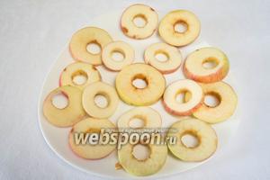Нарезать яблоко поперек кружочками толщиной 4-7 мм.