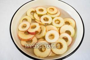 Положить яблоки в холодную воду с раствором лимонной кислоты (10 грамм кислоты на 1 литр воды) на 3 минуты.