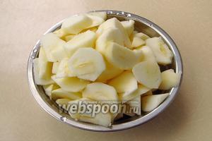Яблоки вымыть, снять кожицу, удалить семена и нарезать небольшими ломтиками. Вес очищенных яблок должен быть равен 1 кг.