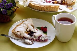 Песочный пирог из свежей ягоды с безе