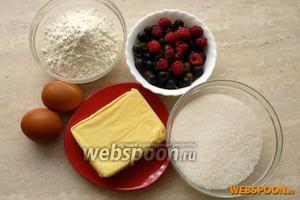 Для приготовления летнего варианта ягодного пирога вам потребуются: мука, сахар, маргарин, яйца, разрыхлитель или гашеная сода и 1-1,5 стакана свежей ягоды.