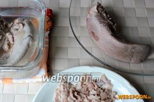 Затем готовые свиные языки поместите  в холодную воду на 1 минуту, чтобы было легче их очистить от пленки.