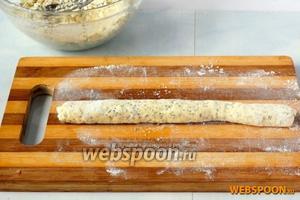 На посыпанной мукой рабочей поверхности скатать средние «колбаски».