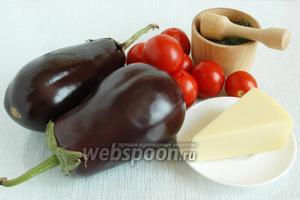 Подготовить основные ингредиенты: баклажаны, помидоры, специи. масло и сыр.