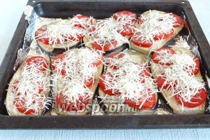 Посыпать сыром баклажановые заготовки, немного посолить, посыпать сушёной смесью итальянских трав.