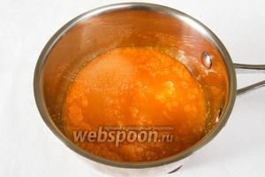 Залить морковь небольшим количеством воды и тушить в сотейнике до готовности.
