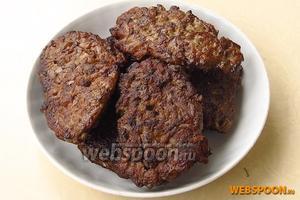Столовой ложкой выкладывать оладьи на сковороду с разогретым растительным маслом и обжаривать с двух сторон. Горячие оладьи подать с овощным гарниром.
