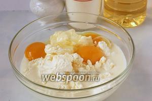 Тщательно измельчить с помощью блендера молоко, творог, яйца.