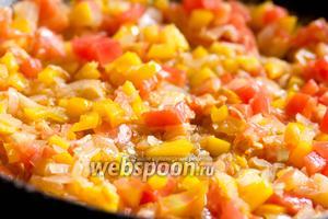 Слегка обжарить на растительном масле нарезанные овощи: помидоры, перец, лук и чеснок, немного посолить в процессе обжаривания.