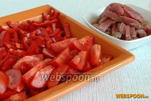 Мясо нарезать продольными длинными кусочками поперек волокон. Перец и помидоры вымыть, удалить плодоножки, у перца вынуть семена. Нарезать перец брусочками, помидоры — дольками.