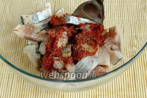 Сельдь выложить в салатник, добавить томатную пасту. Соль — если необходимо. Приправить свежемолотой смесью перцев. Перемешать.